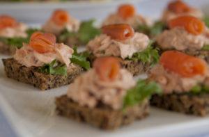 Tarjoilut voi tilata Hvittorpin keittiöstä tai tuoda itse.