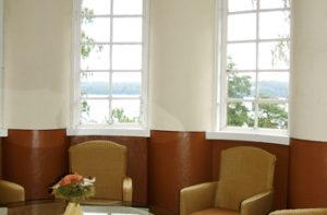 Villan yläkerran viileä kesähuone on järven puolella.