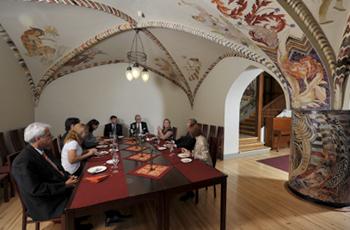 Alakerran holvisali on koristeltu kauttaaltaan maalauksin.