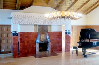 Villan keskikerroksen ison salin takka koristeineen.