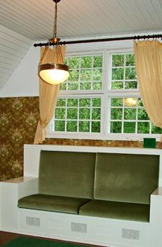 Villassa on eri kokoisia viihtyisiä huoneita.