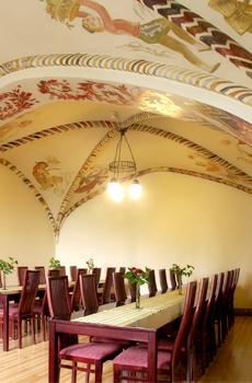 Villan alasalin holvikatto on koristeltu maalauksin.