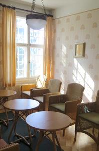 Yksi Villan keskikokoisista huoneista.
