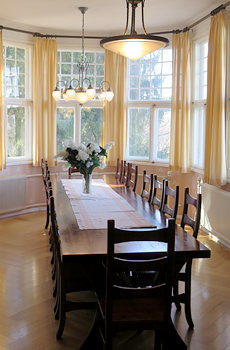 Villassa on eri kokoisia tunnelmallisia kokoustiloja.