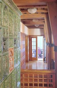 Keskikerroksen koristeellinen uuni ja portaikon pylväät.