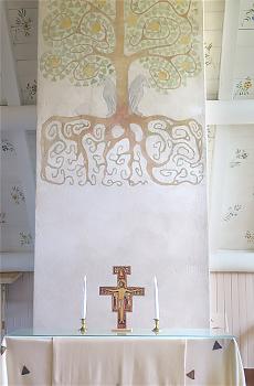 Kappelin herkkä alttari on käsinmaalattua muuria vasten.